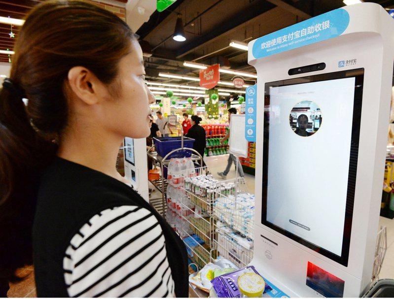 河北省邯鄲市一商業機構攜手支付寶部分超市和便利店,2018年6月推出「刷臉支付」服務。 (新華社)