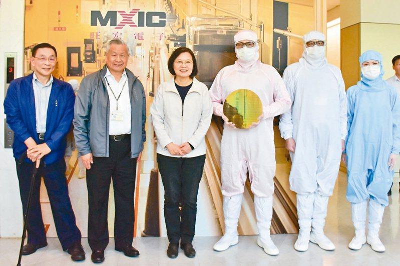 蔡英文總統(左三)上周參觀旺宏竹科總部,盛讚旺宏是台灣半導體產業的重要根基,並與旺宏董事長吳敏求(左二)、旺宏總經理盧志遠(左一)合影留念。 旺宏/提供