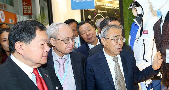 第23屆台北紡織展昨天起在南港展覽館展出,遠東集團董事長徐旭東(左一)與台塑集團...