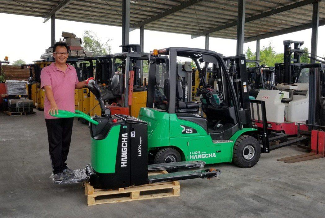 日日興能源科技經理王士豪展示杭叉集團鋰電電動省力倉儲物流電動搬運車。莊智強/攝影