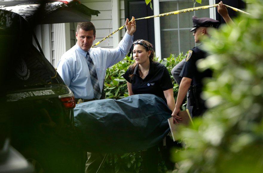 麻州東南部艾賓頓鎮(Abington)發生一家五口命案,警方及醫檢人員處理後績事...