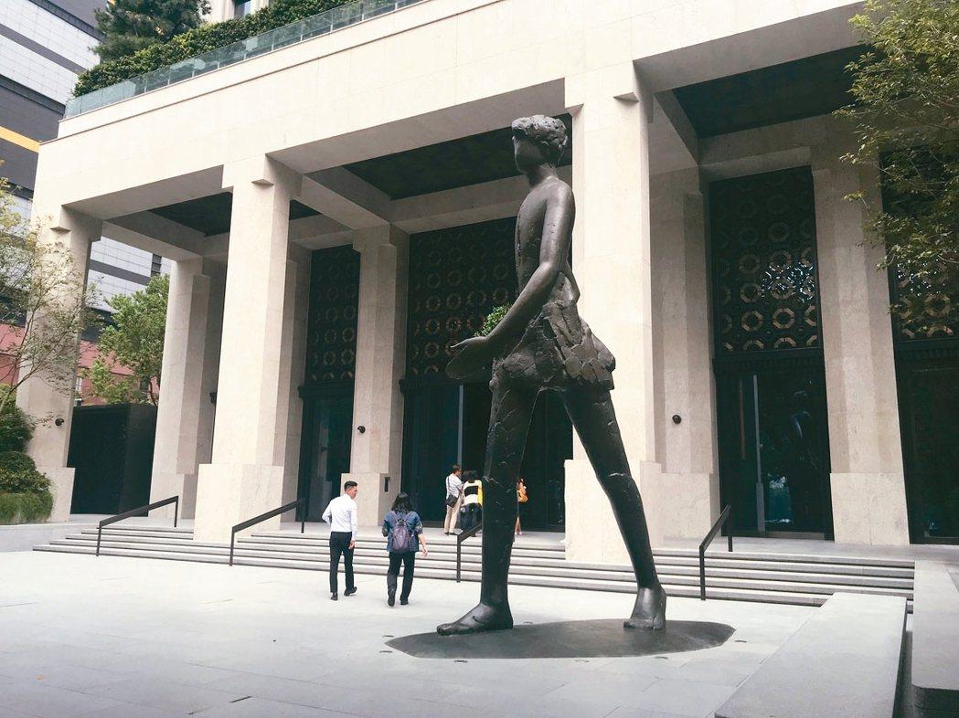 聯聚中雍6.8公尺青銅雕像。 記者游智文/攝影