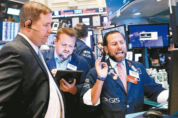法人表示,投資人可留意本波跌勢較重的科技股,加碼布局相關基金。 路透