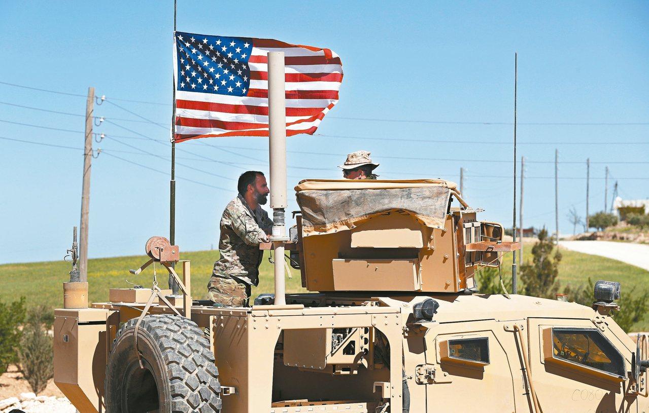 白宮宣布將自敘利亞北部撤軍,被指出背棄庫德族人。圖為庫德族士兵與美軍交談。 美聯...