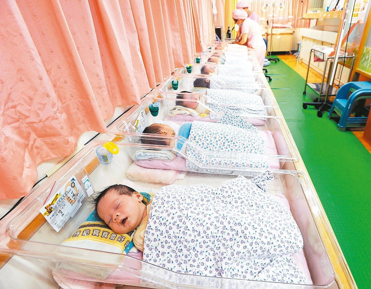 國民黨立委蔣萬安今天在立法院總質詢中指出,今年新生兒估跌破17萬,質疑催生政策效...