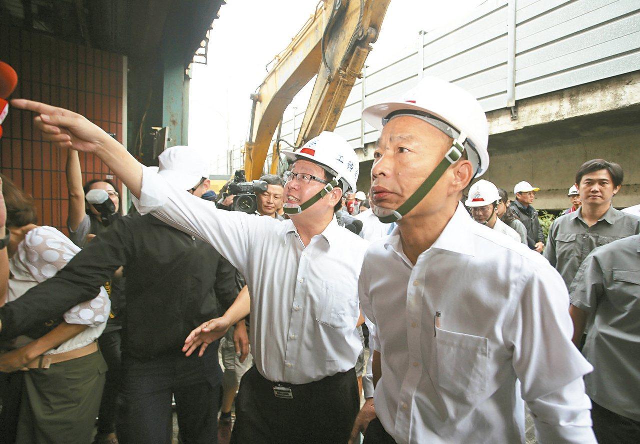高雄市長韓國瑜上午前往岡山,實地視察拆除色情業者違建勤務,展現強勢維護治安態度。...