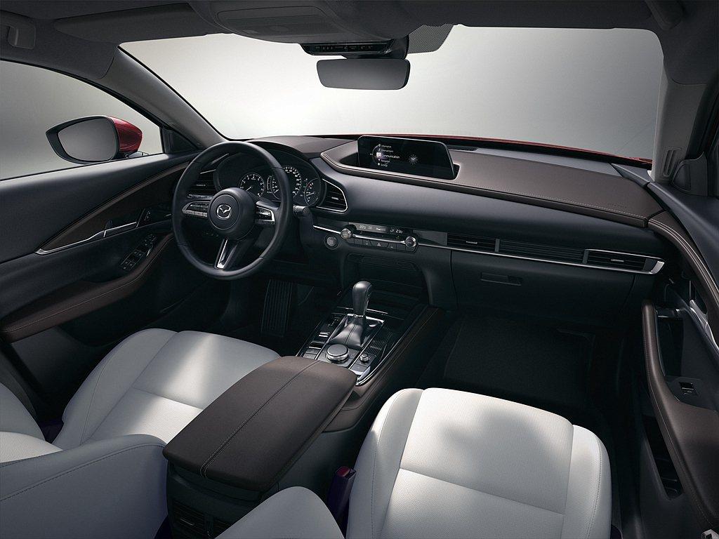 Mazda CX-30中控台上方覆蓋豐富飽滿的自然紋理皮革,採飛翼造型設計大幅地...