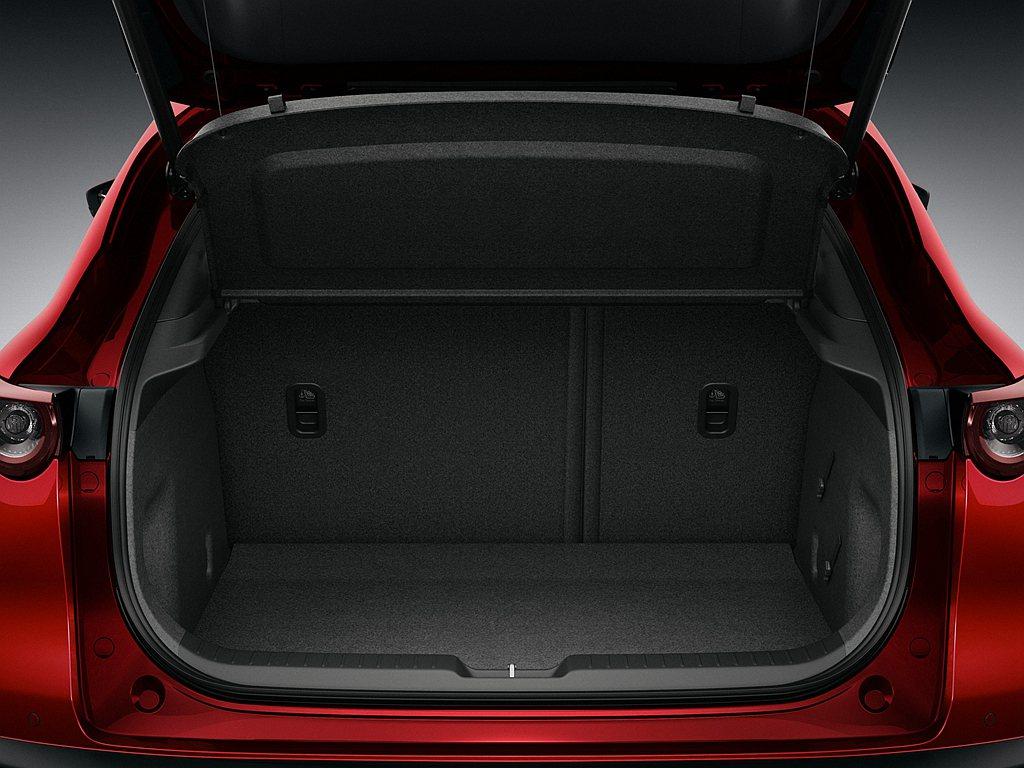 充裕的行李廂空間與開闊且離地低的開口設計,輔以電動尾門,讓乘員可以輕鬆放入大型行...