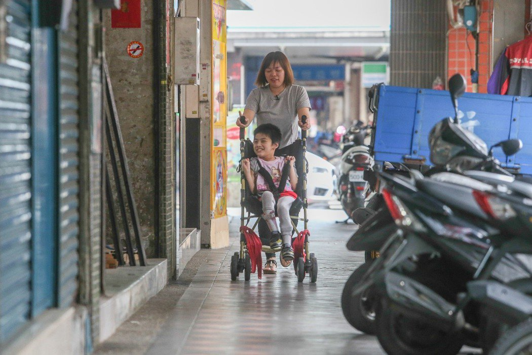31歲的趙慧敏(中後)有一個罹患罕病的女兒,但在她臉上看不到悲情,撕掉外界對罕病...