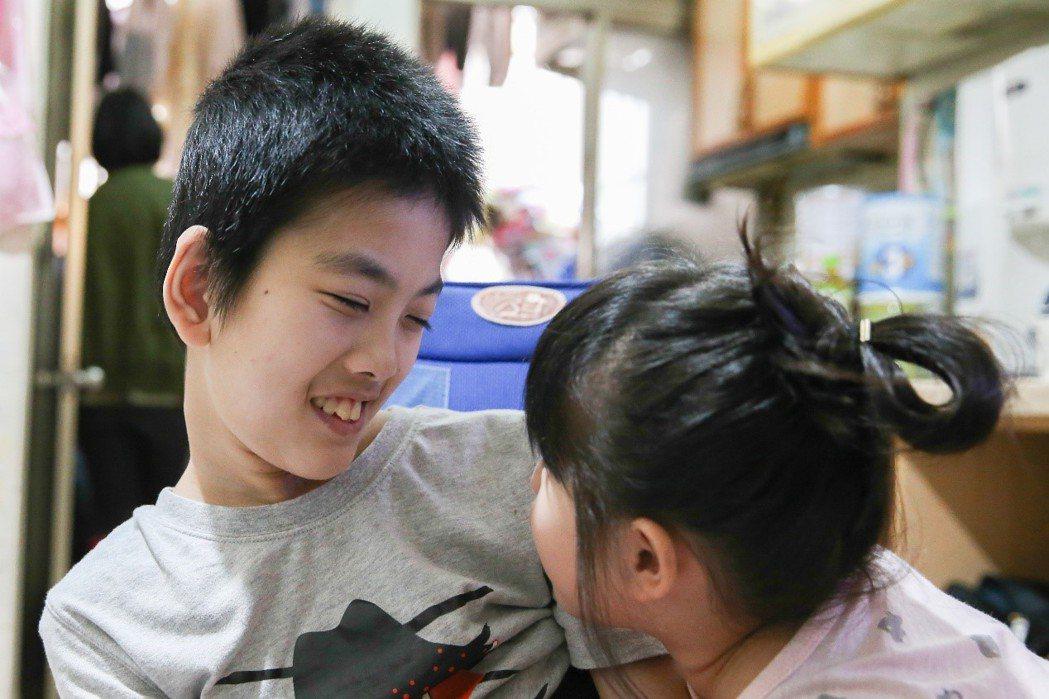 靜宜的妹妹(右)平日會協助照顧姊姊,靜宜彷彿也感受到妹妹對她的好,笑得合不攏嘴。...