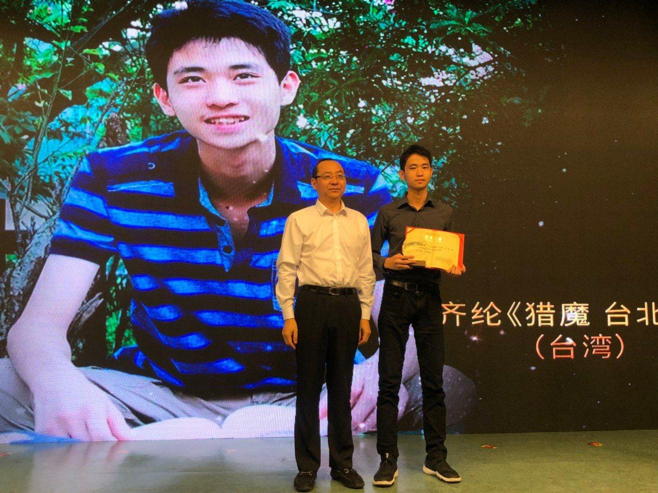齊綸(右)榮獲今年兩岸青年網路文學大賽三等獎殊榮。(圖/齊綸 提供)