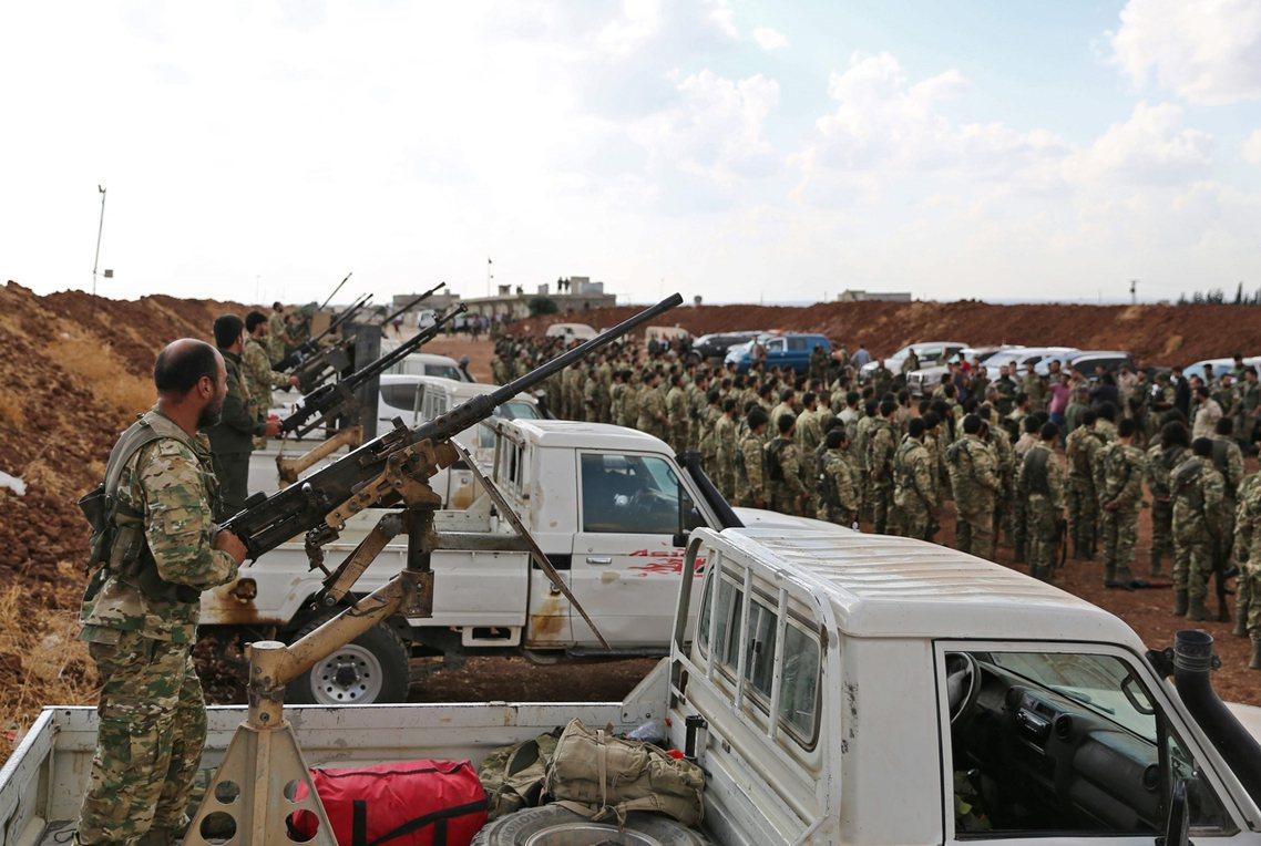 土敘邊境,由土耳其支援的敘利亞阿拉伯反抗軍,正在集結,準備與庫德族交戰。 圖/法...