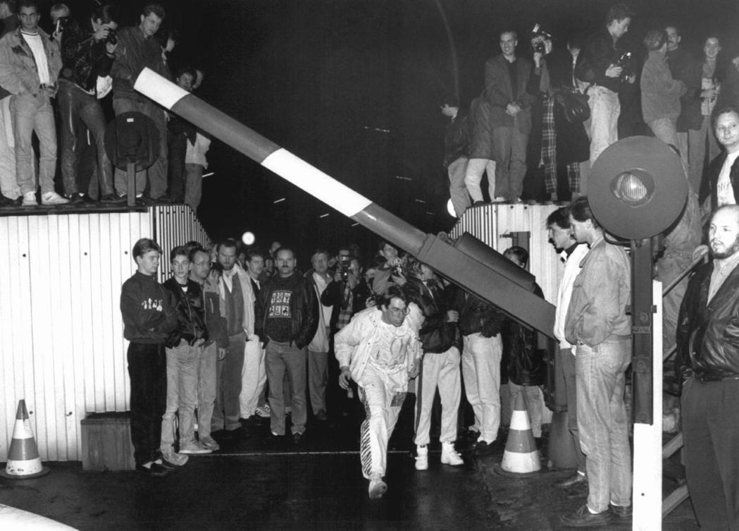 1989年11月9日,這一切突然改變了。照片為是夜,兩德邊防站在人潮湧入穿越之下...