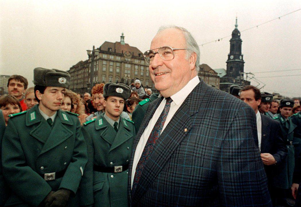 科爾政府希望盡快整合兩德的金融和經濟體系,導致無法競爭的東德企業破產而倒閉。有社...