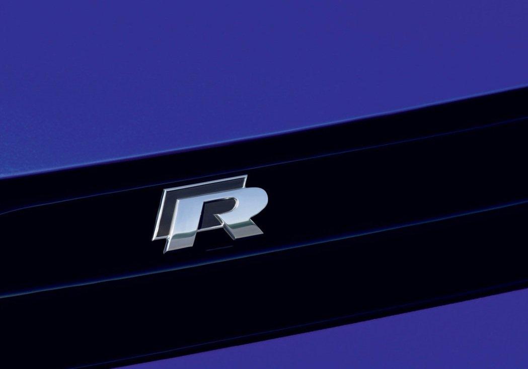 現行款R銘牌則是將黑方格旗配置R字身後。 摘自Volkswagen
