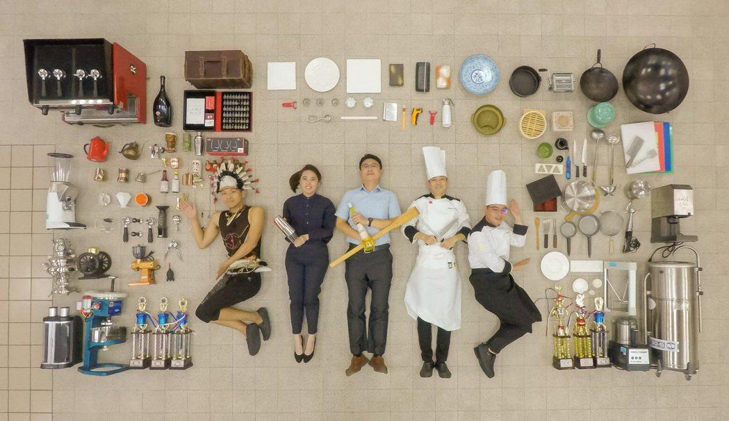 在FHM馬來西亞廚藝挑戰賽摘銀的飲調選手賴璽偉(左)一同與系上主任老師開箱。 嘉...