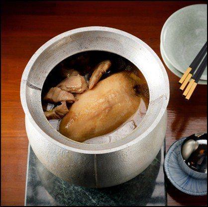 《長壽布袋雞》顧名思義是布袋裡的雞,而這裡的布袋指的是豬肚,將大小適中4斤重半的...