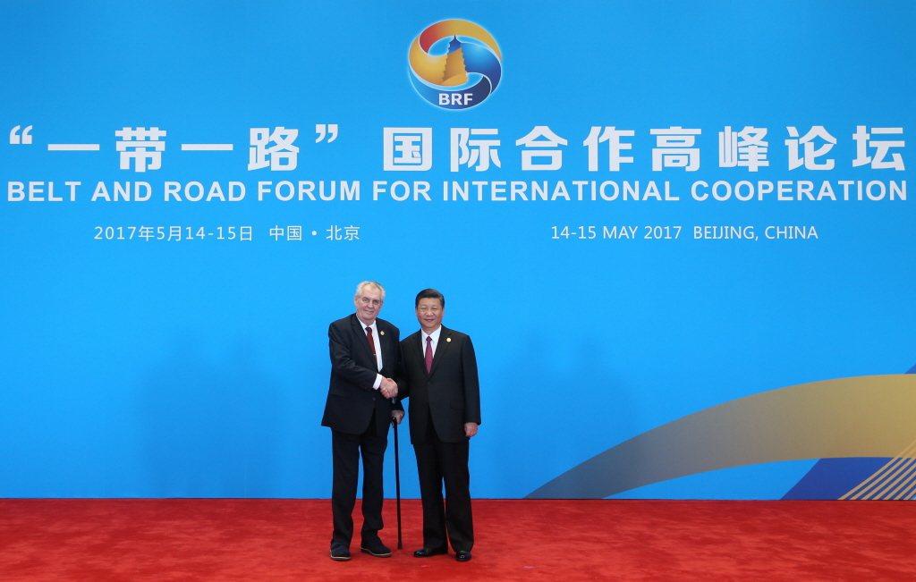 2017年,習近平與捷克總統齊曼在一帶一路高峰論壇會面。 圖/新華社