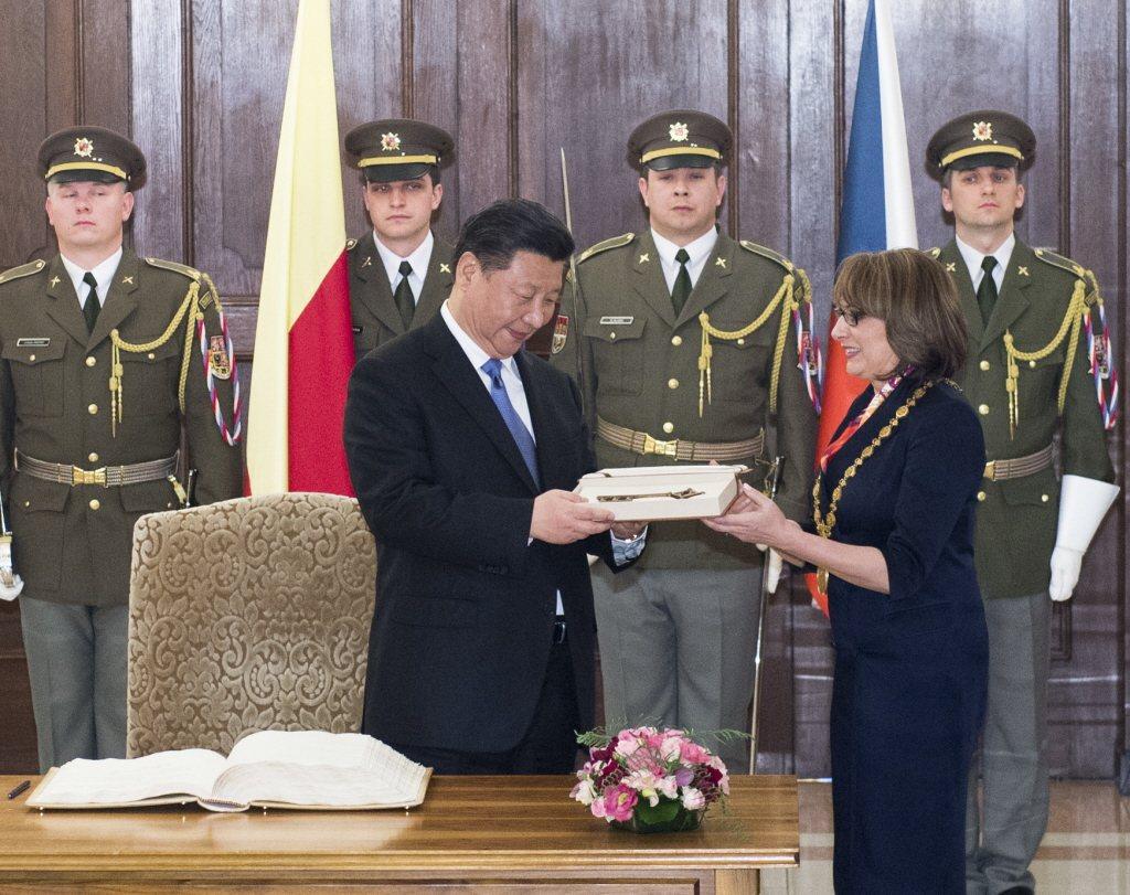 2016年,中國國家主席習近平接受布拉格時任市長卡娜喬娃致贈城市鑰匙。 圖/新華...