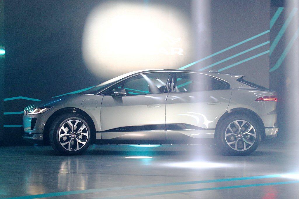 Jaguar I-Pace車側流暢腰線融入強烈的運動化特質,鮮明的前輪拱與平順流...