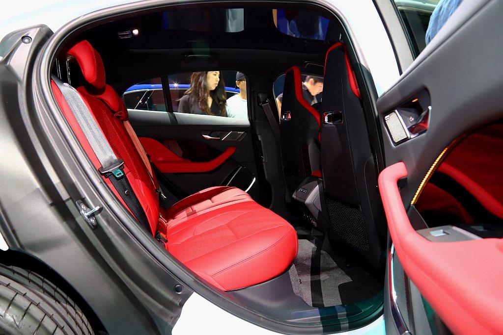 Jaguar I-Pace特殊的車體結構設計允許前排座椅進一步向前定位,藉此提供...