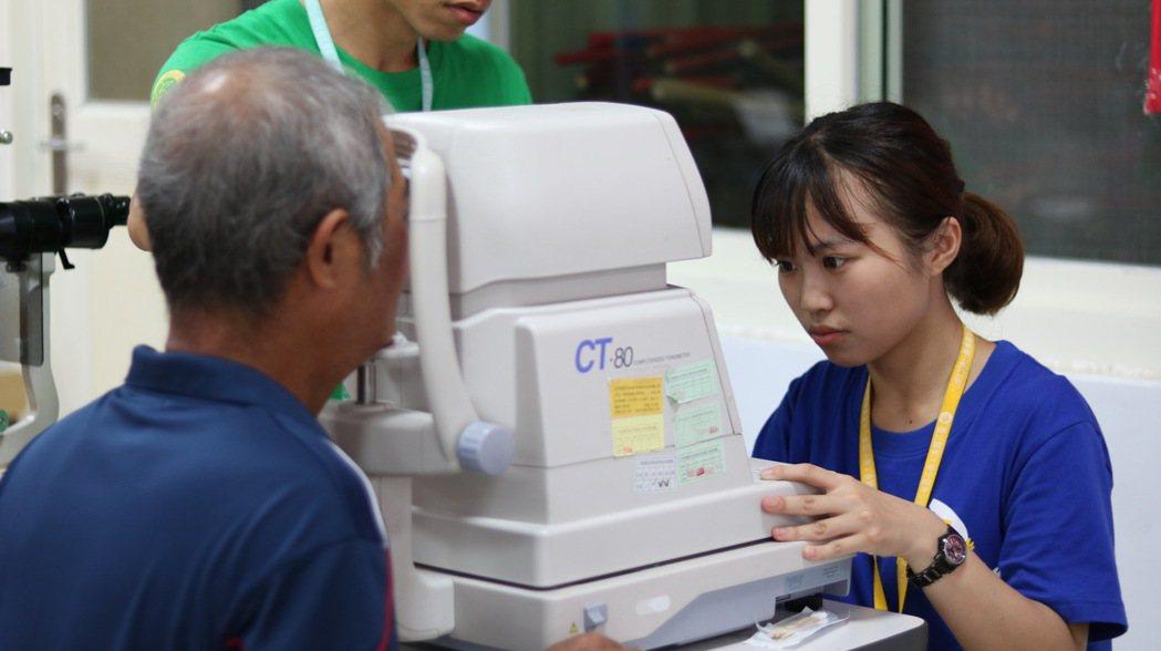 服務員為居民量測眼壓。 圖/和泰汽車提供