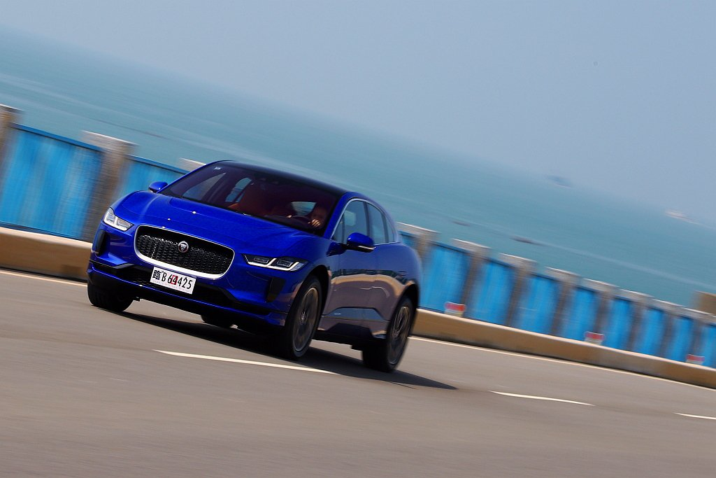 Jaguar品牌首款純電跨界跑車I-Pace,以新台幣333萬元起的售價登台販售...