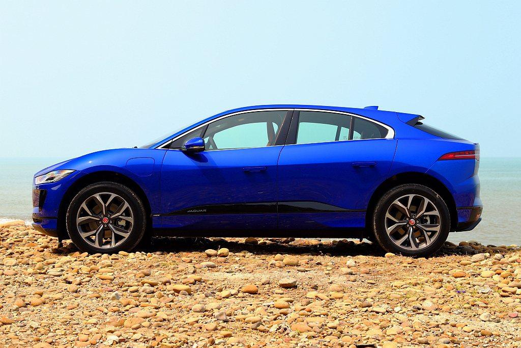 Jaguar I-PaceA柱幾乎已經在前輪上方,甚至後軸也都盡可能往角落靠攏,...