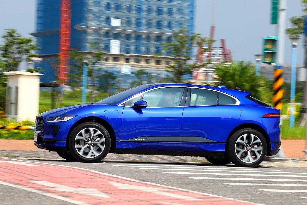 看似暴力的扭力輸出,其實不刻意重踩油門,起步時Jaguar I-Pace並不會太...