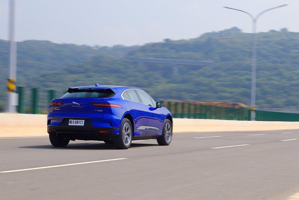 四驅動系統與充沛的扭力加持,Jaguar I-Pace重踩油門後的加速反應與貼背...