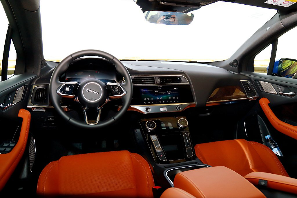 Jaguar I-Pace車艙延續英倫豪華質感且還有懸浮式中控台設計。 記者張振...