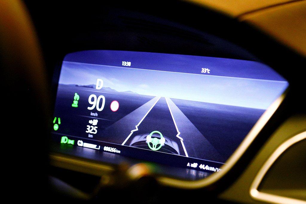 Jaguar I-Pace EV400 HSE車型標配轉向輔助功能,可在中/高速...