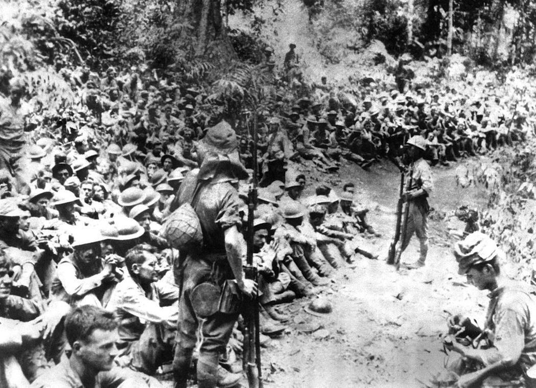 二戰時無論日本或美國方面都有極端的殘暴行為,在後來發現的日本士兵日記中,就曾詳述如何虐殺美國士兵,不但毫無憐憫之心而且看著美軍士兵屍體像是「看著白色的人偶頭」。圖為菲律賓戰役後,美軍戰俘即將進入巴丹的「死亡行軍」。 圖/美國海軍陸戰隊