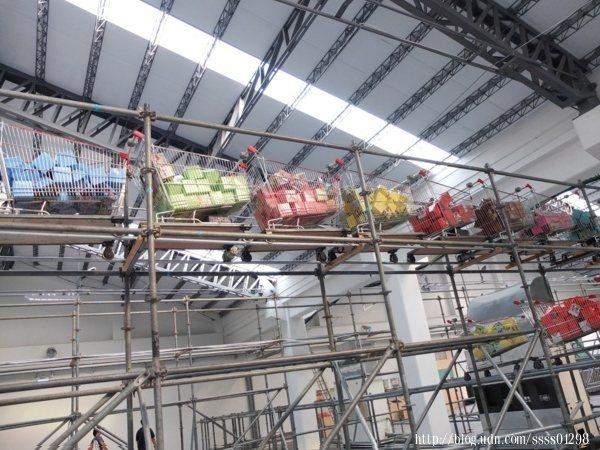 ▲我的目光很快被環繞在展館周圍的軌道和超市手推車吸引住,太有意思了吧!
