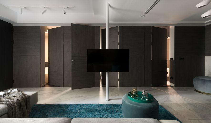 (圖)設計師以電視柱為界,臨光區因採光充足,故搭配投射燈重點照明,遠光區則鑲嵌造...