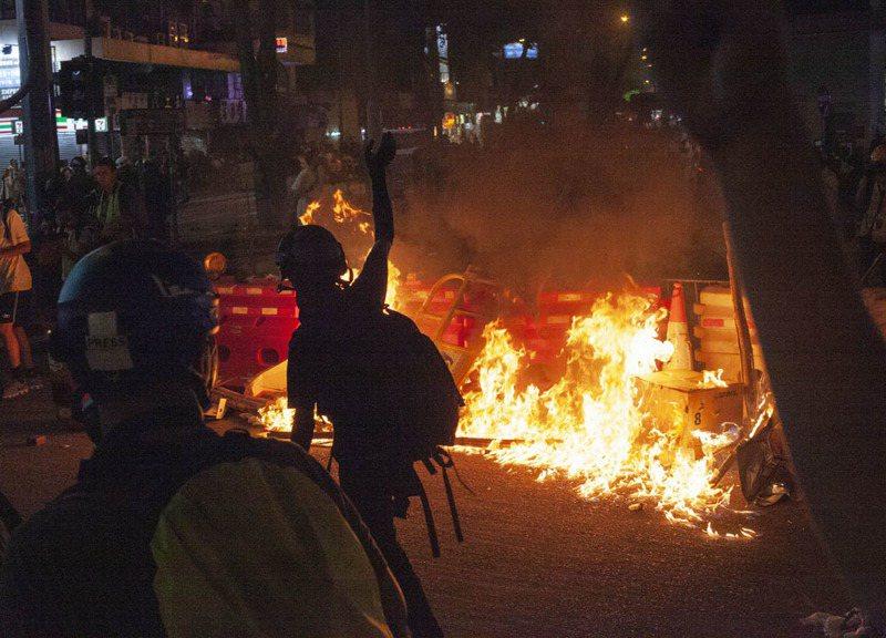 港人用警民混戰為中國70歲生日慶生。攝影/關震海