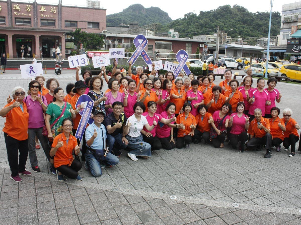 瑞芳龍川社區長者們到瑞芳火車站前廣場做快閃舞蹈表演,呼籲大家不管是家庭、社區、學...