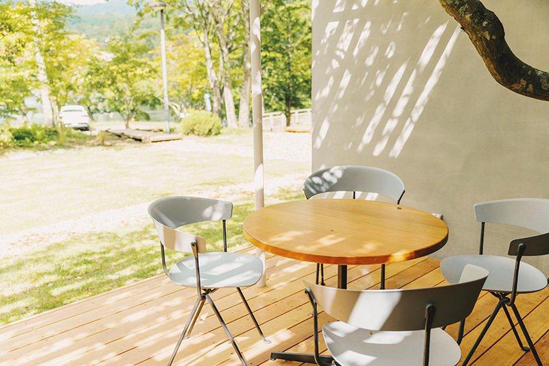 在LODGE的露台能享有自然光灑落的悠閒空間。