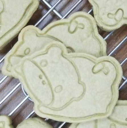 動物園提供侏儒河馬寶寶收涎餅給遊客品嘗。圖/壽山動物園提供