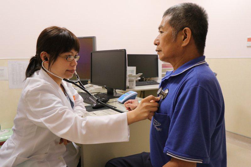 亞洲大學附屬醫院胸腔內科醫師陳鈴宜提醒,民眾平時應評估自身所處環境,並定期接受篩檢,有症狀務必就醫。圖/亞洲大學附屬醫院提供