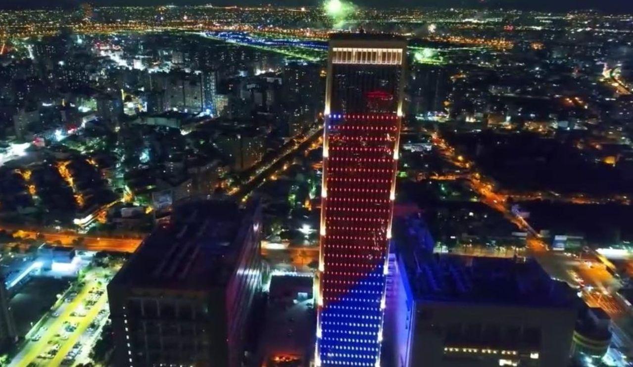 台中市七期重劃區內的「聯聚中雍大廈」國慶日當晚以藍、白、紅三色為主題的燈光秀,與...
