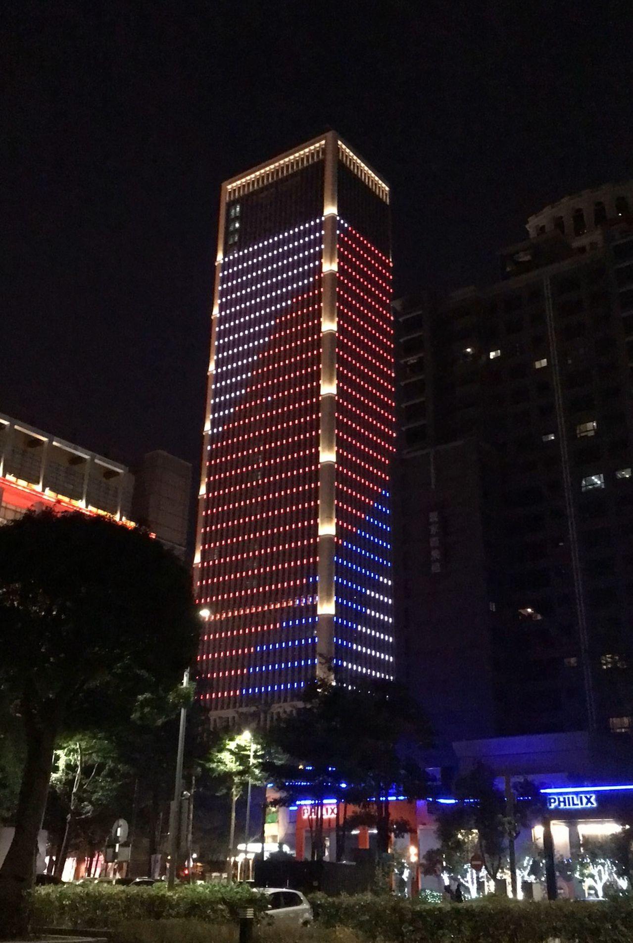 中華民國生日快樂!台中白天掛國旗夜有豪宅燈光秀