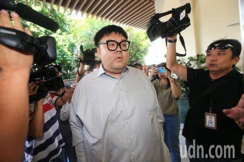 「土豪哥」朱家龍(中)上午前往北檢執行署報到,準備發監執行。記者陳正興/攝影