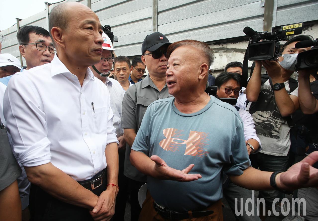 高雄市長韓國瑜(左)上午前往岡山,實地視察拆除色情業者違建勤務,就算業者前來陳情...