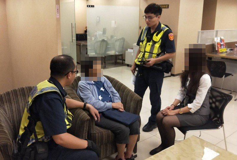 員警將婦人帶回派出所向相關單位求證,婦人此時才警覺差點被騙走50多萬。記者高宇震/翻攝