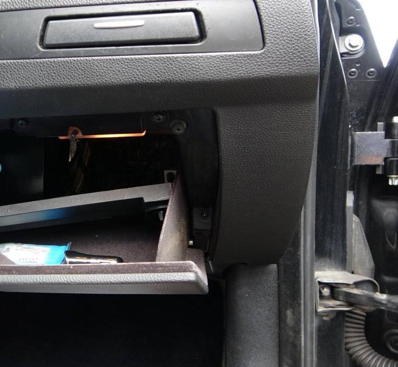 「連千毅之亂」導致全台警方特別針對槍毒大掃蕩,為躲避追緝,蘇男只好將自有的雙B轎車拆解,把改造手槍藏於副駕駛座置物櫃背後。示意圖/記者王駿杰攝影