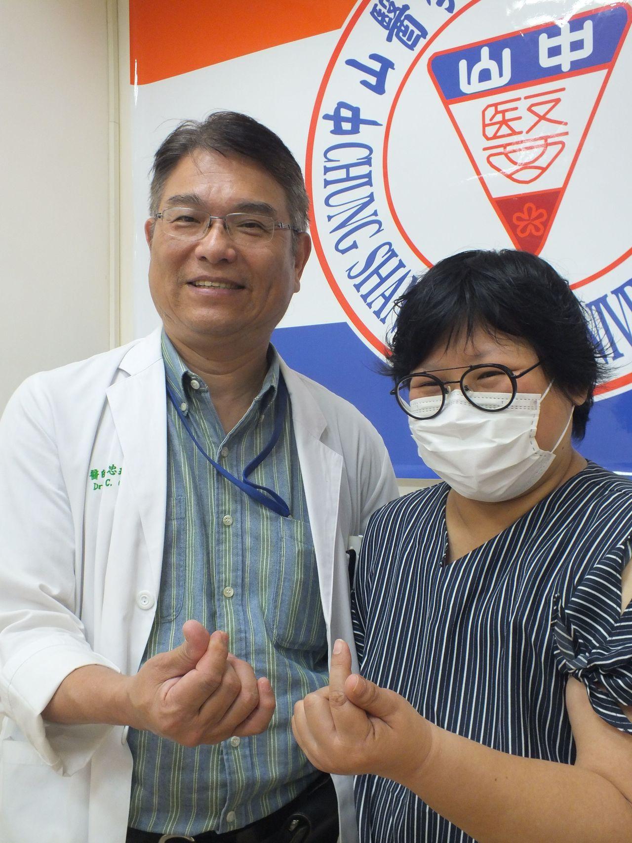 陳姓女病患(右)積極抗癌,她接受治療後,如今回歸工作,去了二趟日本旅遊,她也奉勸...