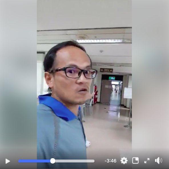 曾打傷台北市勞動局長賴香伶的男子李明彥,昨天傍晚又到勞動局大吵大鬧、摔酒瓶。圖/取自李明彥臉書直播