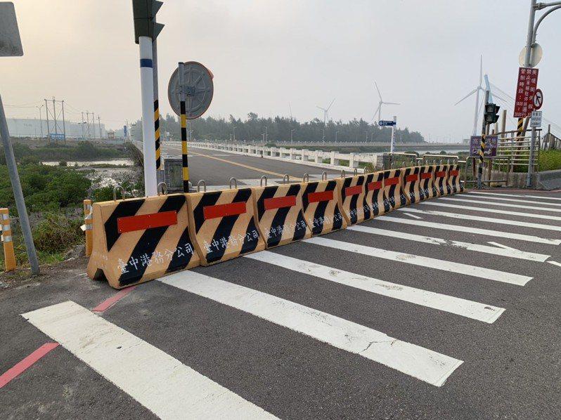 高美濕地附近的濱海橋已封閉,前天周日,高美濕地遊客多,很多人無法進入抱怨,中市府正在想辦法因應國慶連假交通。記者游振昇/翻攝