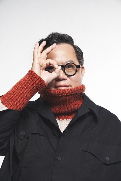 時尚雜誌GQ最新一期,桃園市長鄭文燦在GQ團隊改造之下,批上黑大衣、戴上黑框眼鏡拍攝時尚照,與平常跑行程常穿西裝、客家衫的形象大不相同。圖/桃園市政府提供